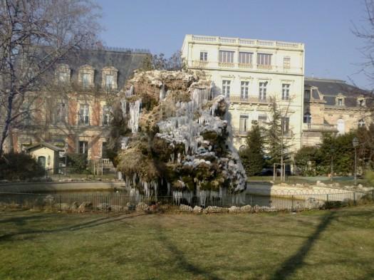 Fontaine gelée devant la Gare St Roch, Montpellier (12 février 2012)