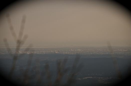 Au loin, la ville de Montpellier depuis le Pic St Loup, Cazevieille (17 février 2013)